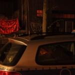 Polizeiwagen vorm besetzten Haus